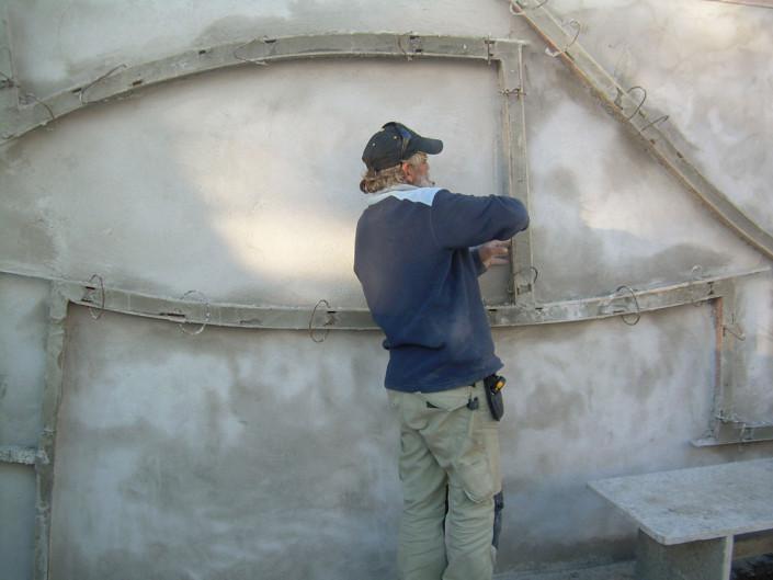 Mur en bas-relief en cours de réalisation (Cadaqués) - Détail